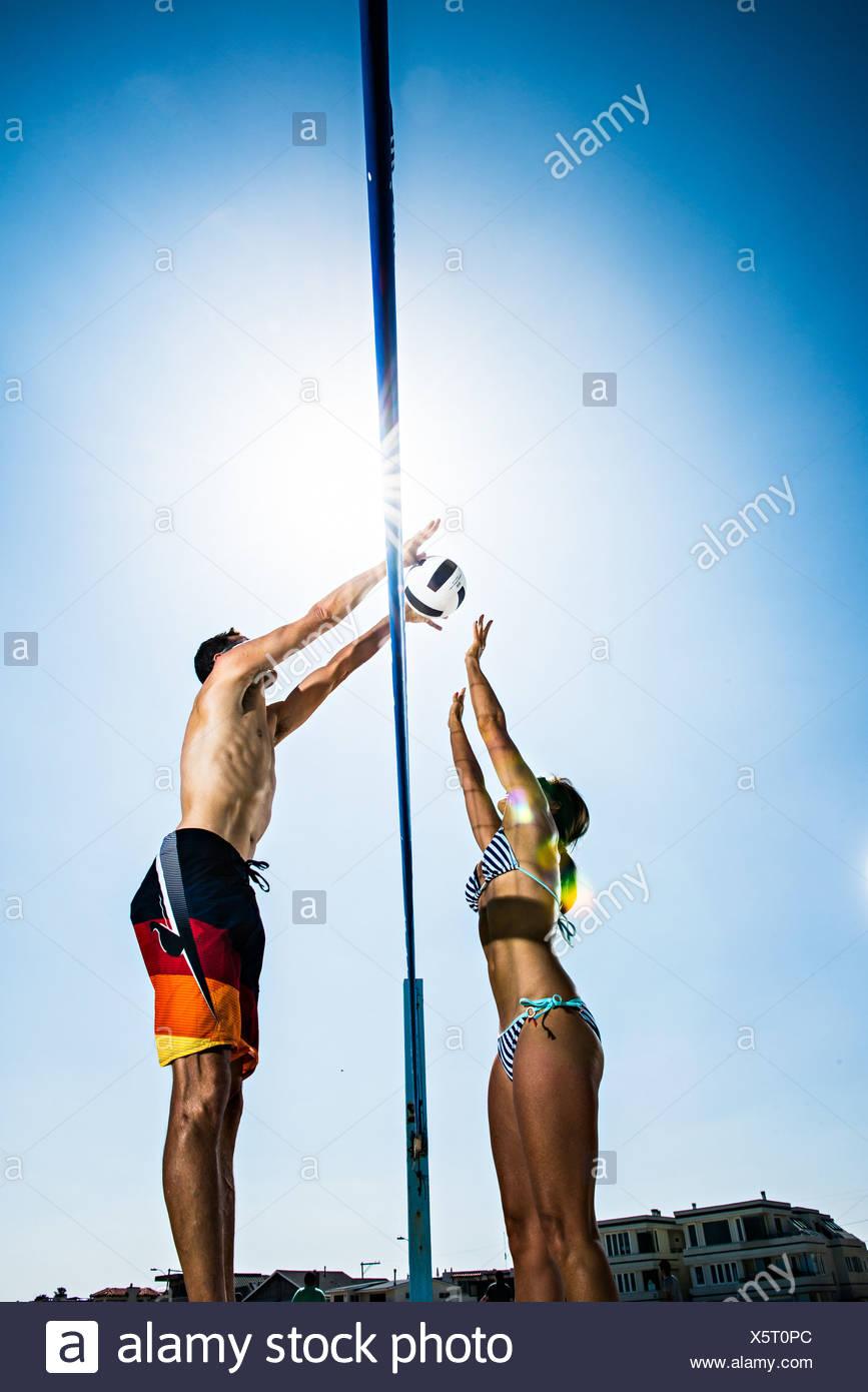 Dos jugadores de voleibol de playa el bloqueo en net Imagen De Stock