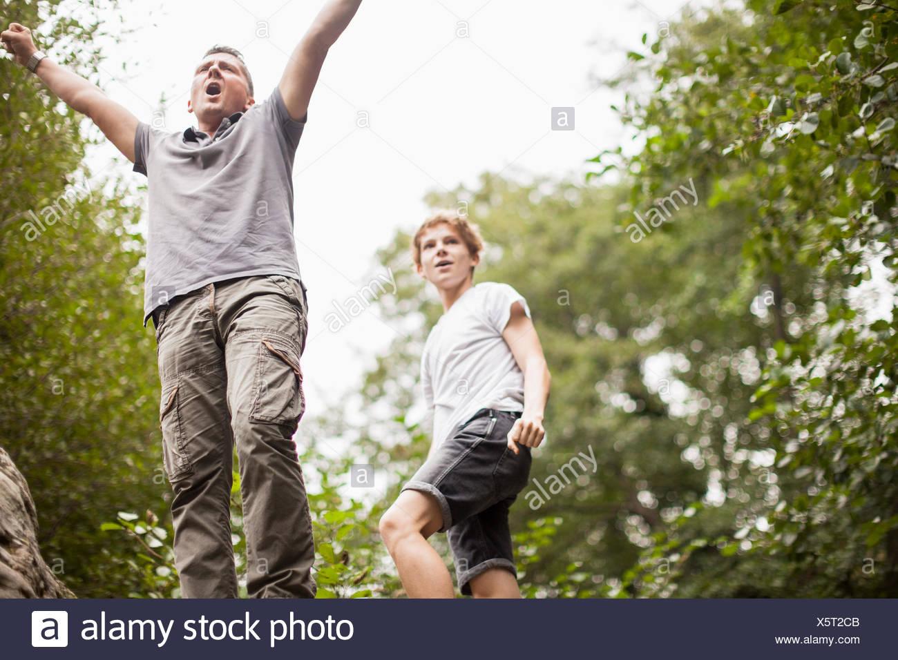 Padre e hijo disfrutando en un parque Imagen De Stock