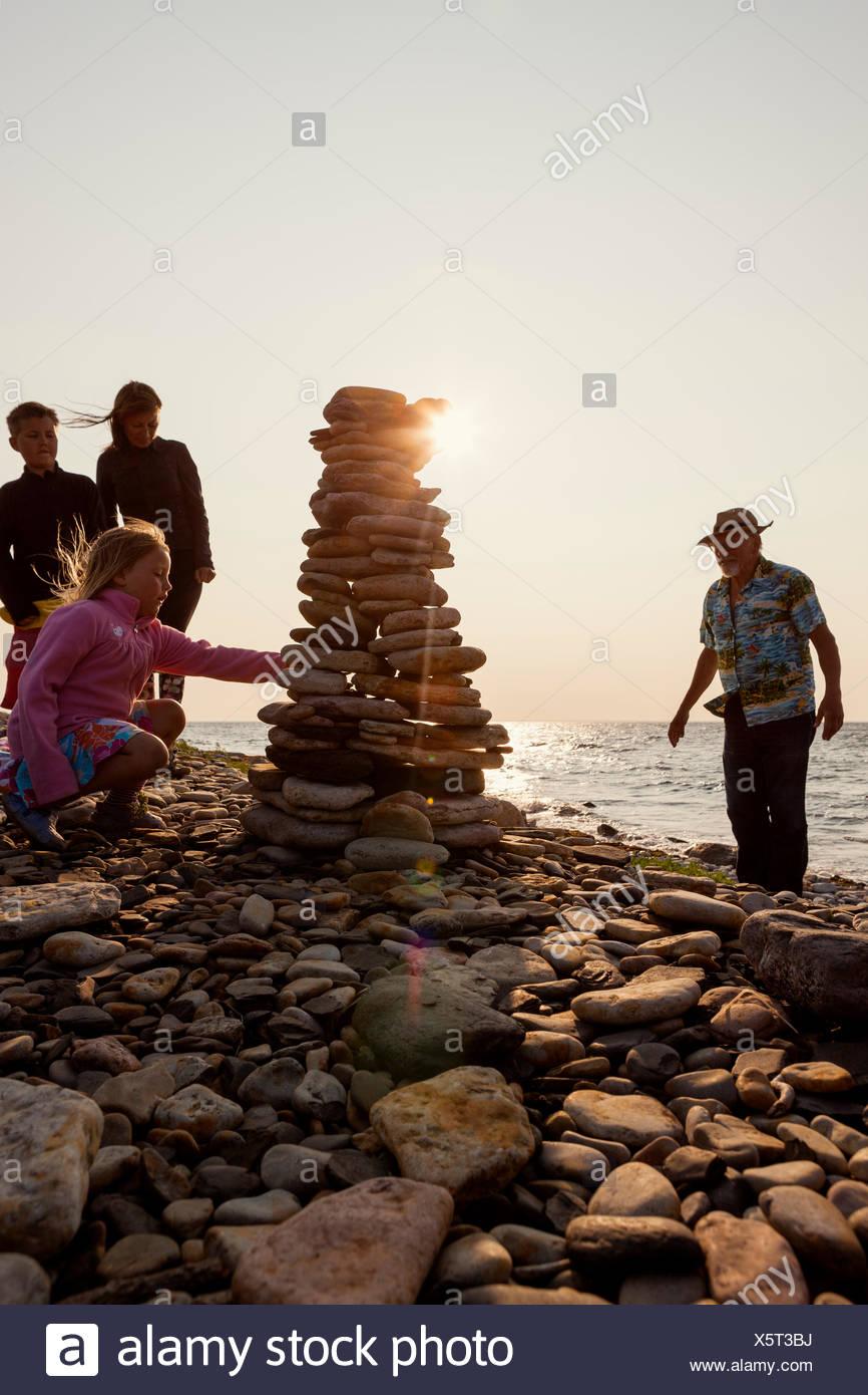 Suecia, Öland, Gronhogen, imagen del abuelo, la madre y los hijos (10-11), (6-7) Imagen De Stock