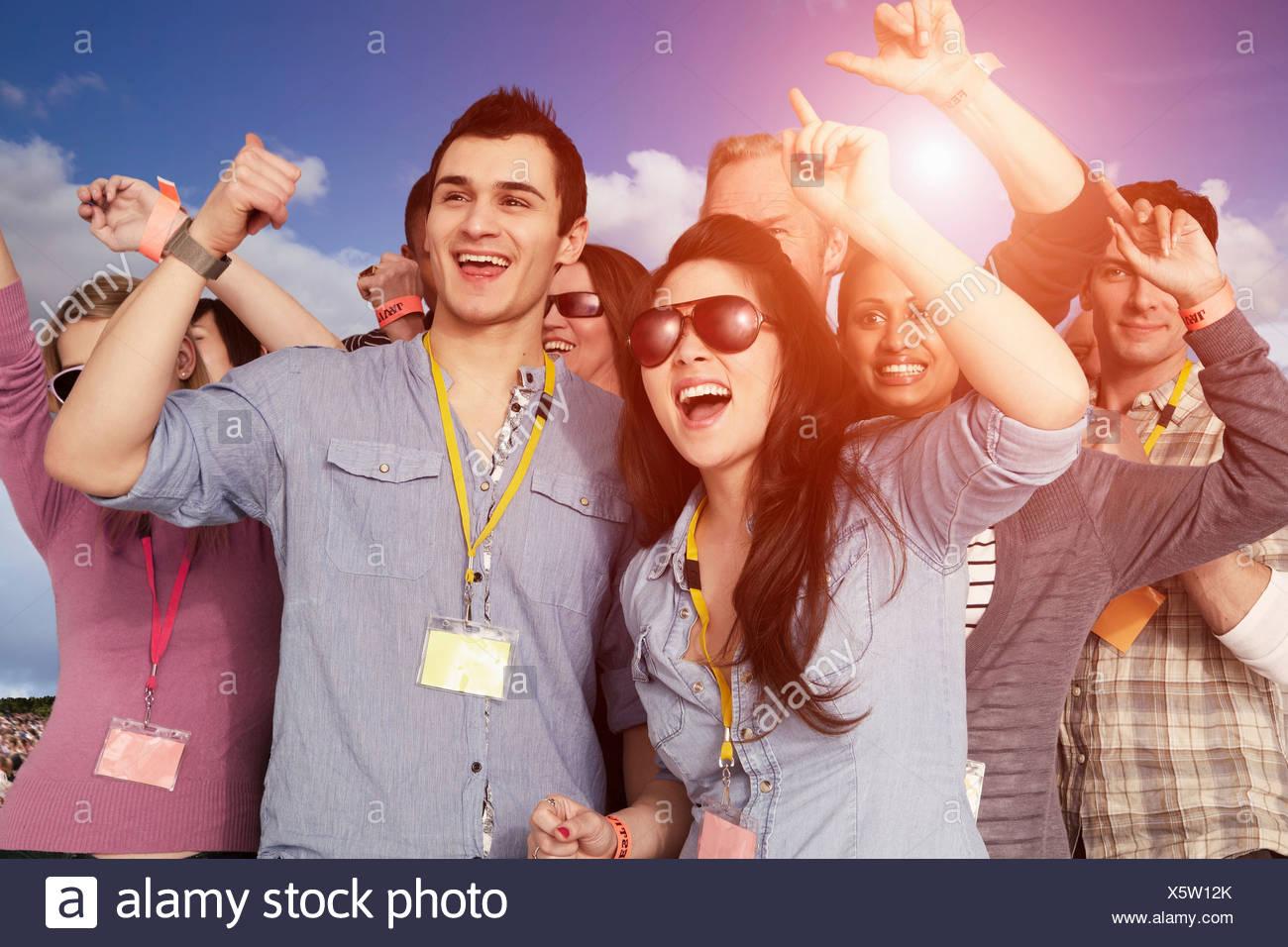 Personas vitoreando en un festival de música Imagen De Stock
