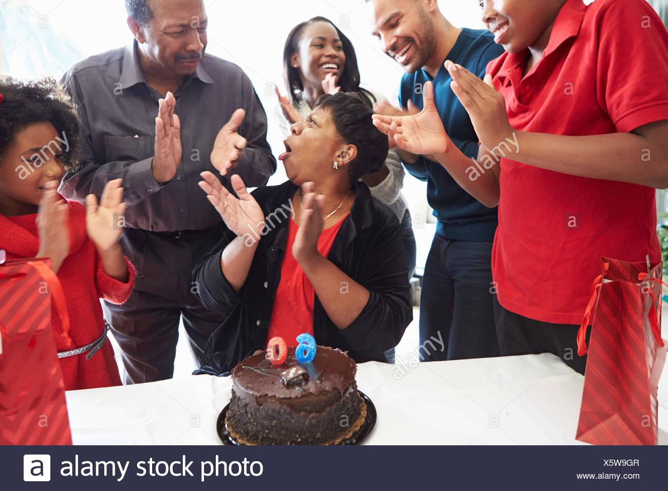 Familia celebrando el sexagésimo cumpleaños juntos Imagen De Stock