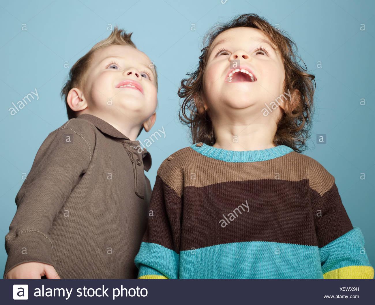 2 niños mirando hacia arriba Foto de stock