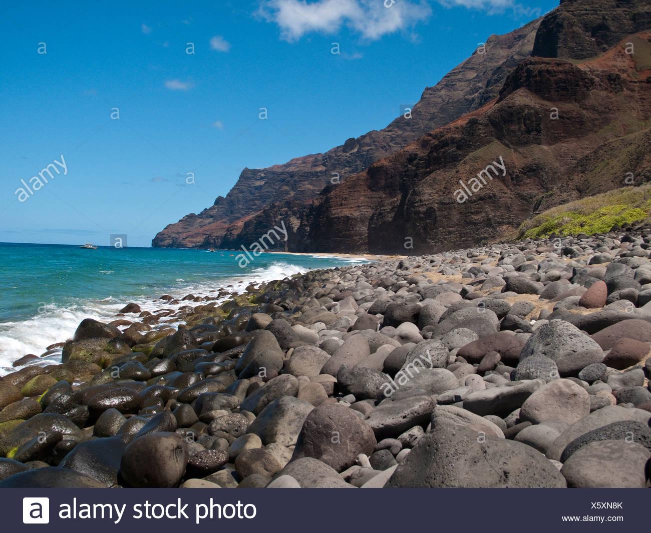 Kalalau beach, en un día soleado, cerca de los acantilados de la costa de Na Pali, North Shore de Kauai Foto de stock