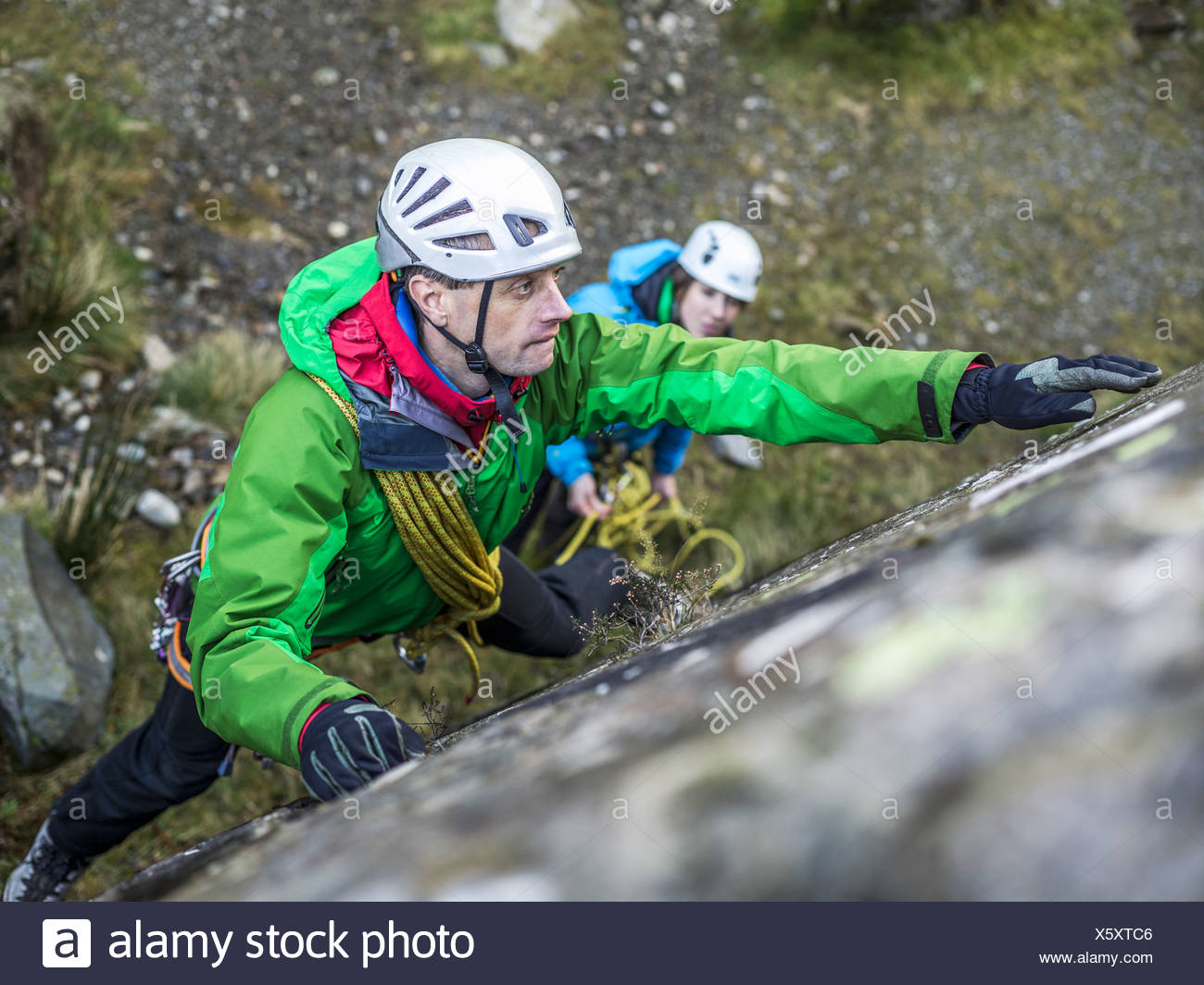 Escalador escalar roca empinada Imagen De Stock