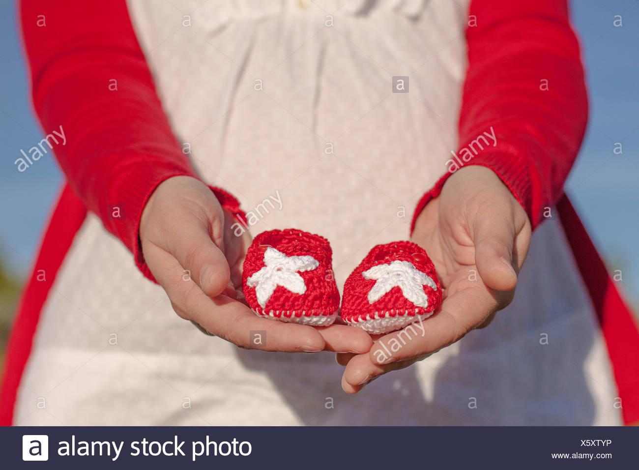 En España, la provincia de Guadalajara, en Castilla-La Mancha, Chica sujetando baby shoes Imagen De Stock