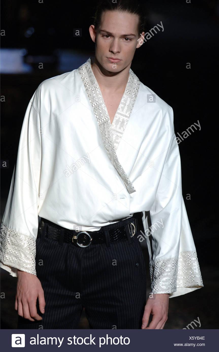 wholesale dealer efd8d c8775 Roberto Cavalli moda masculina de Milán A W varón llevaba ...