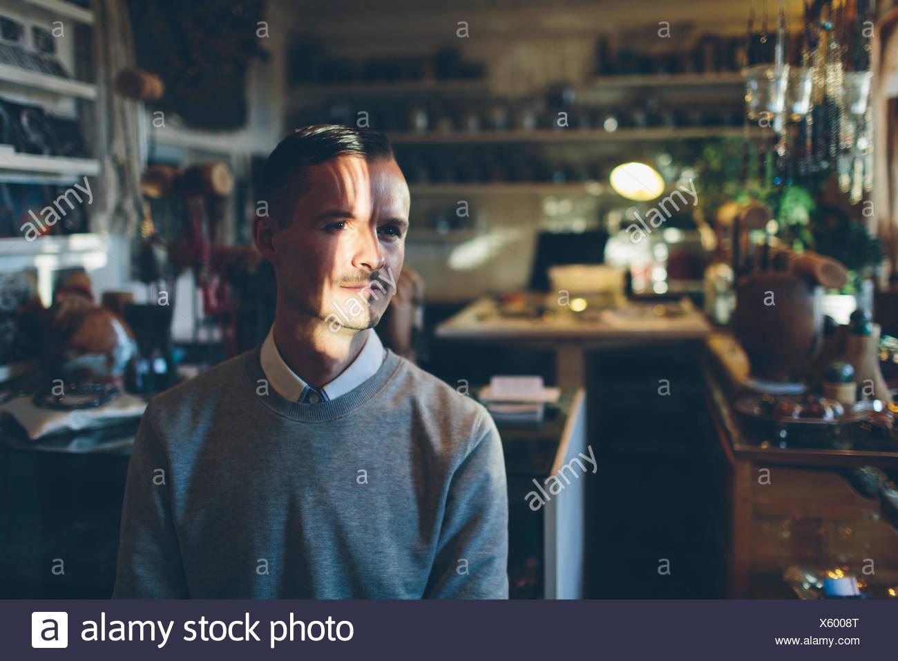 Un joyero en su tienda Imagen De Stock