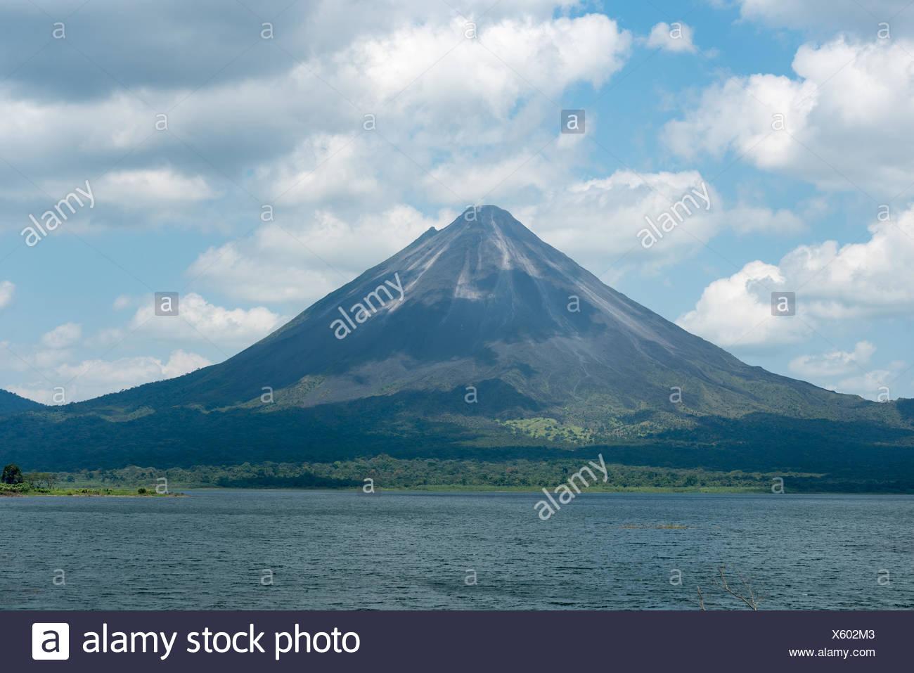 Costa Rica, Alajuela, El Castillo, la vista sobre el lago Arenal para el Volcán Arenal Imagen De Stock