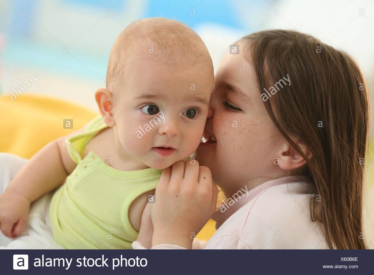 Bebé de 5 meses, el niño de 6 años, hermanos, Susurro, retrato, Imagen De Stock
