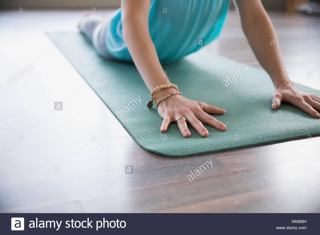 Mujer practicando yoga en pose cobra Foto de stock
