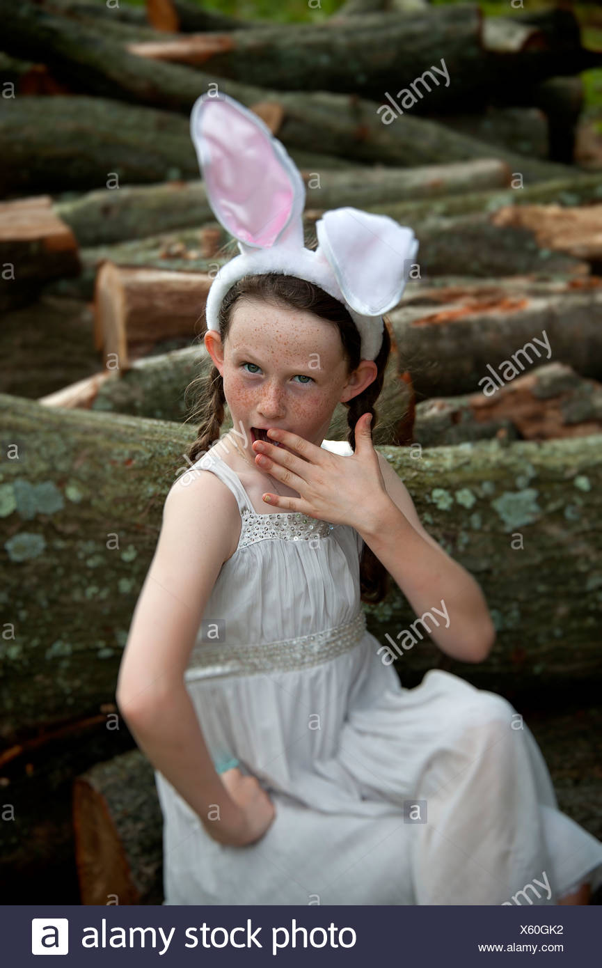 Joven posando con vestido y orejas de conejo de Pascua. Foto de stock