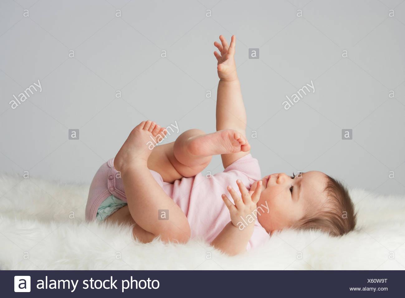 Un bebé acostado Imagen De Stock