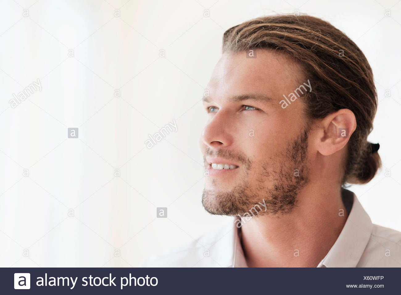 A mediados de hombre adulto mirando lejos Imagen De Stock