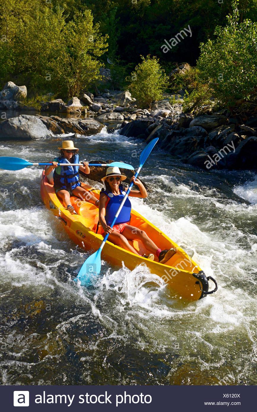 Dos mujeres canotaje en el río Golo, Francia, Córcega Bastia Imagen De Stock