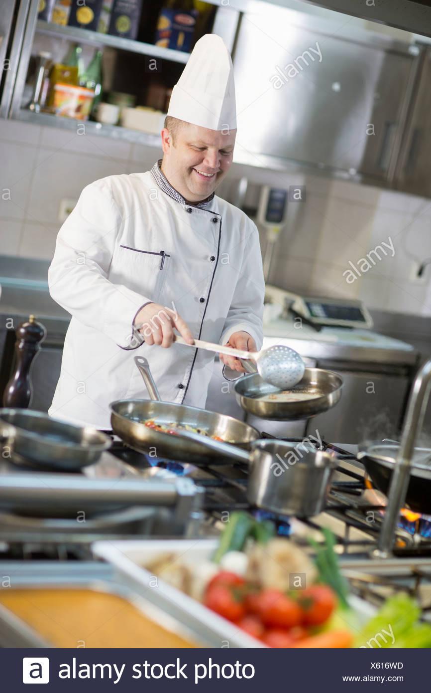 Cocinar en la cocina comercial Imagen De Stock