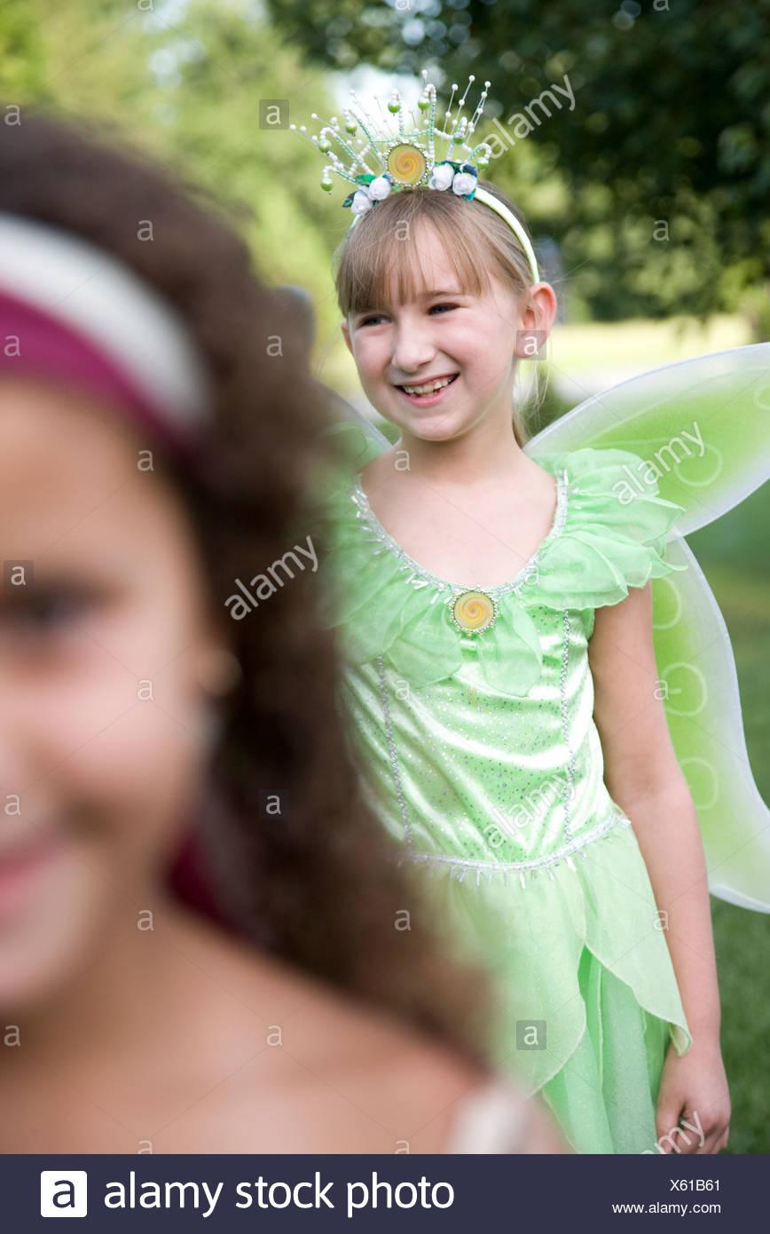 Dos niñas (8-9) en disfraces de Halloween Foto de stock