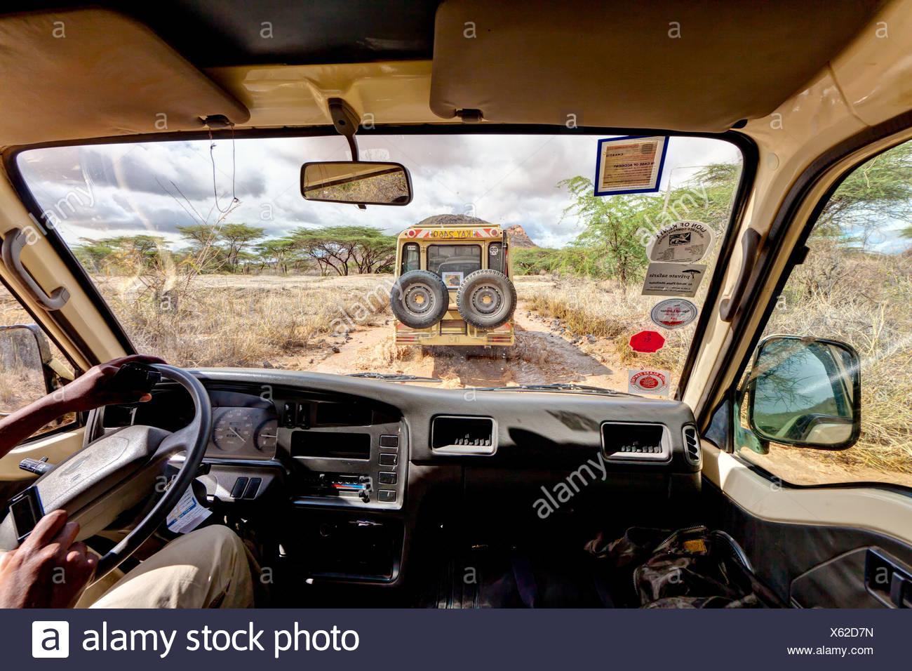 Bus Safari tras un Landrover mojada pistas de tierra en la Reserva Nacional de Samburu, Kenia, África oriental, África PublicGround Imagen De Stock