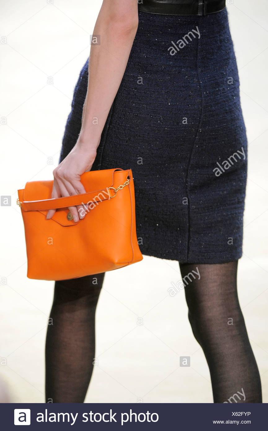 e1dbea285b Celine Paris listo para ponerse Otoño Invierno detalle de imagen naranja  bolso Imagen De Stock