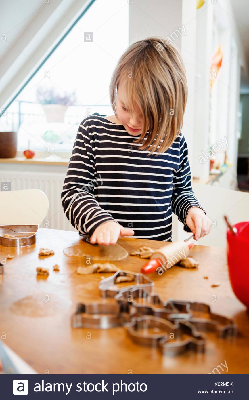 Chica (6-7) hacer galletas Imagen De Stock