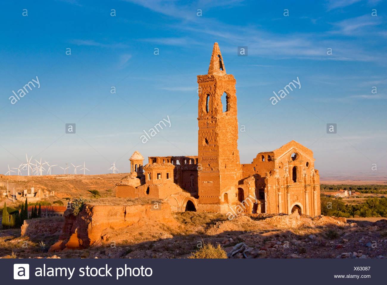 España, Europa, Aragón, parque eólico, la energía eólica, turbinas eólicas, energía, Belchite, ecológicos, ruinas, torre, rook, viejo, nuevo Imagen De Stock
