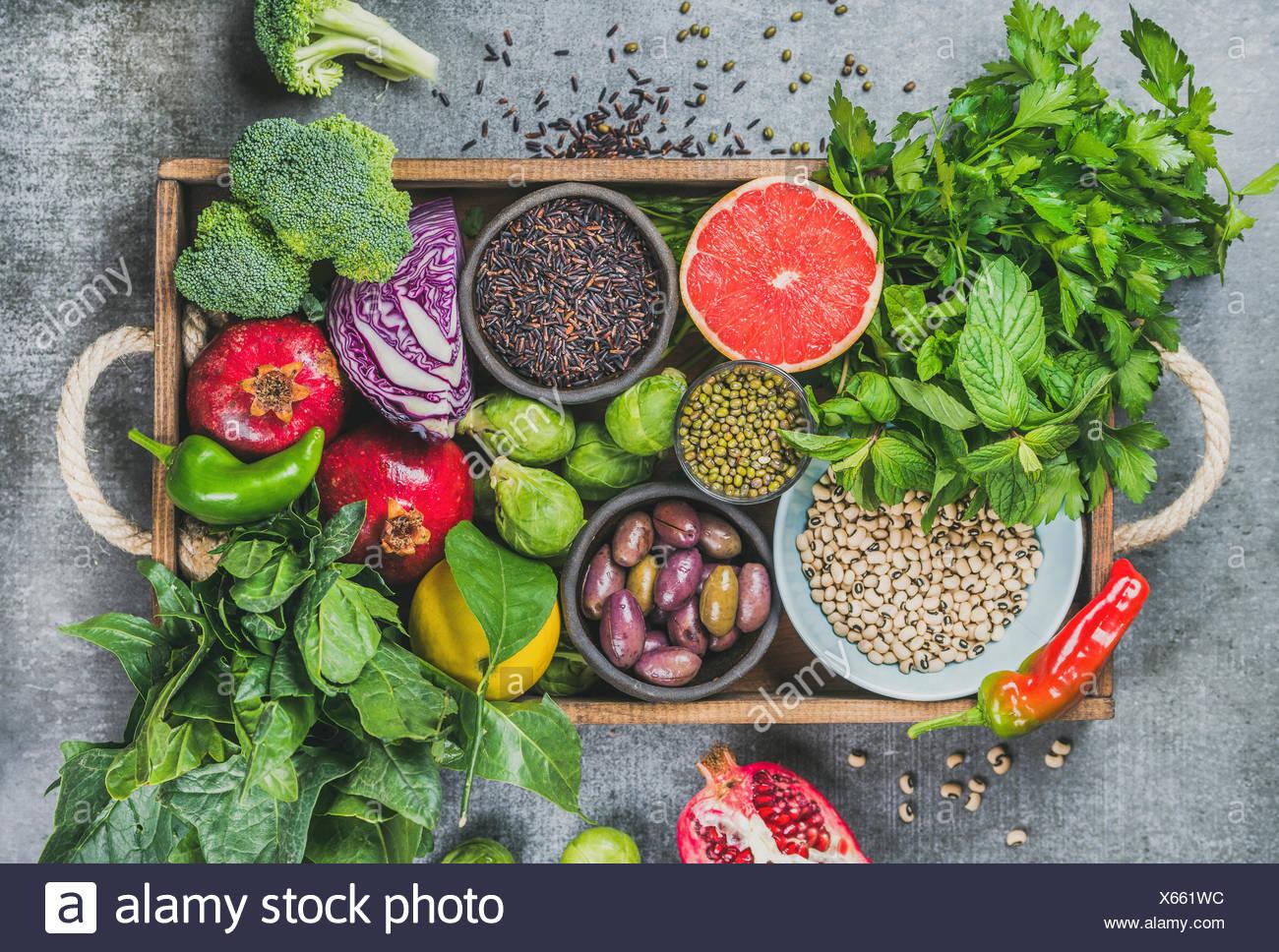 Verduras frescas y frutas, semillas, cereales, legumbres, especias, fuentes alimenticias, hierbas condimento en caja de madera para veganas, allergy-friendly, limpio, comer vege Imagen De Stock
