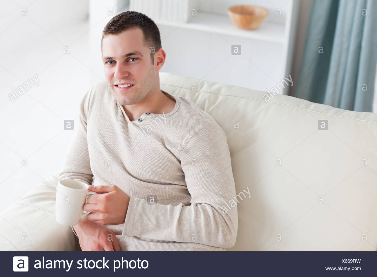 Joven atractivo tomando un café Imagen De Stock