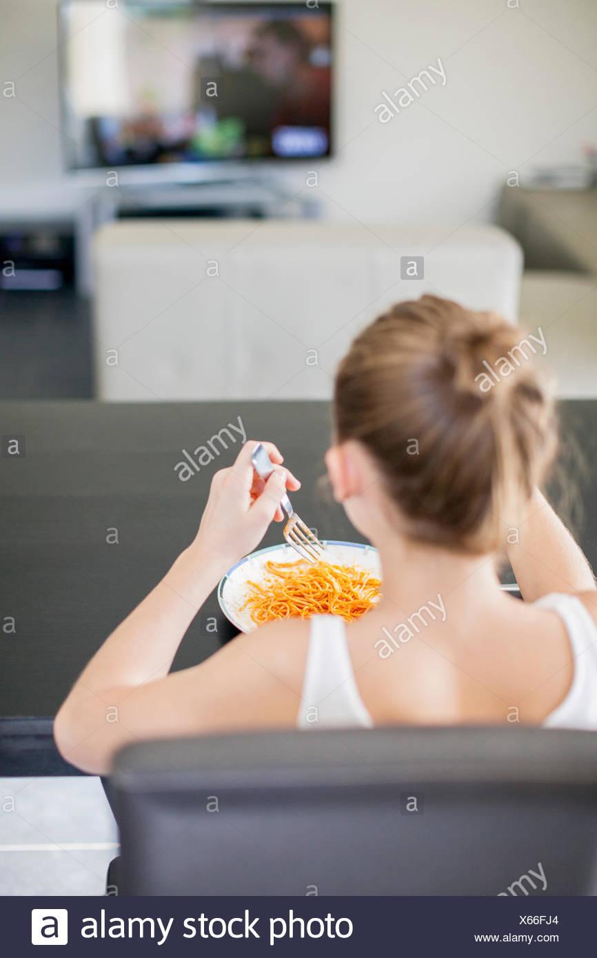 Chica tener comida en casa Imagen De Stock