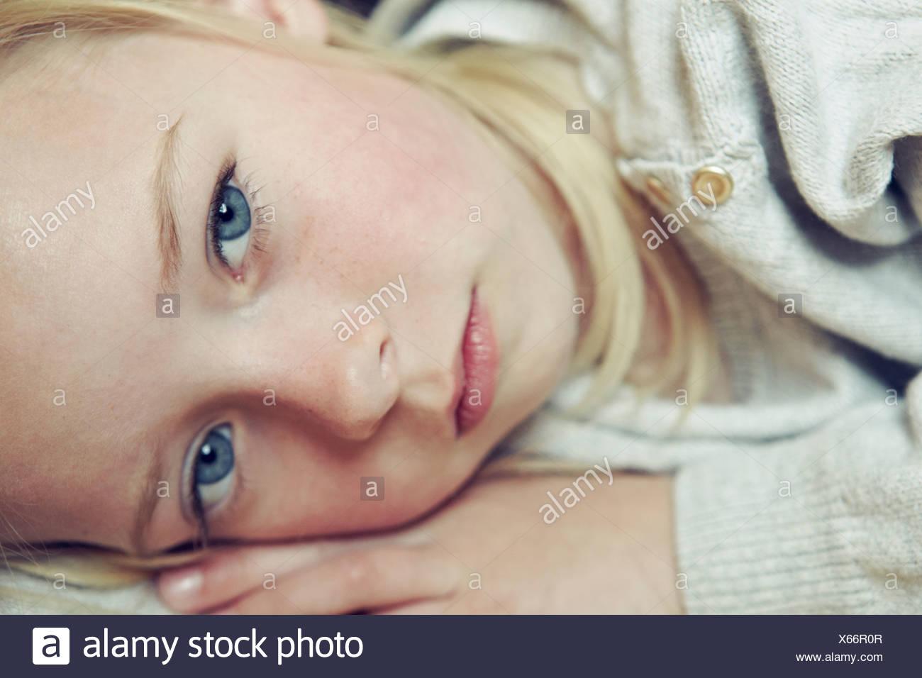 Joven acostado en el lateral, una foto de aproximación, retrato Imagen De Stock