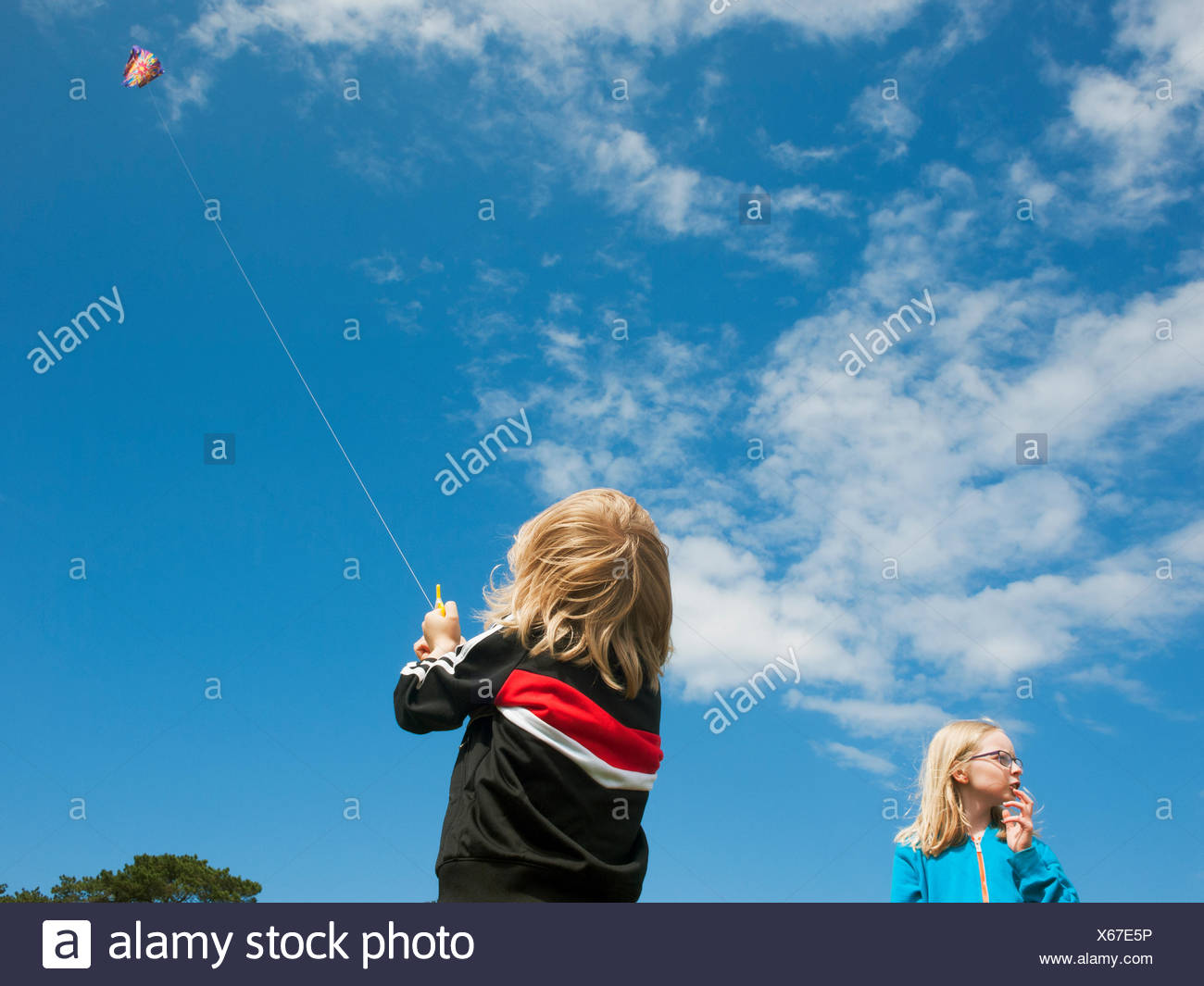Suecia, Skane, Nyhamnslage, Dos Hermanas (6-7, 10-11) flying kite Foto de stock