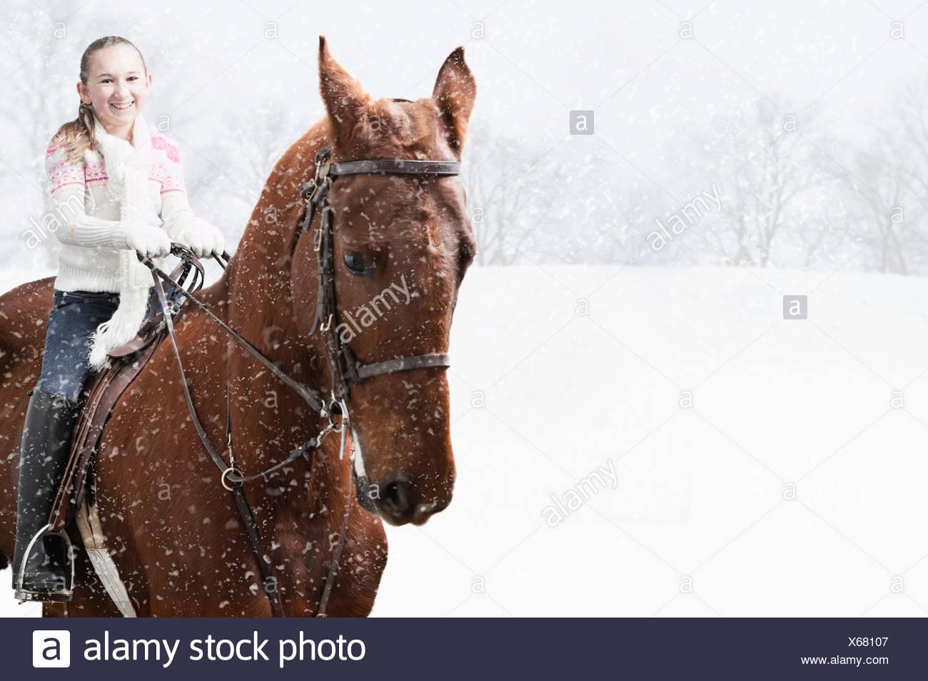 Estados Unidos, Illinois, Metamora, sonriente chica (10-11) en caballo durante el invierno Foto de stock