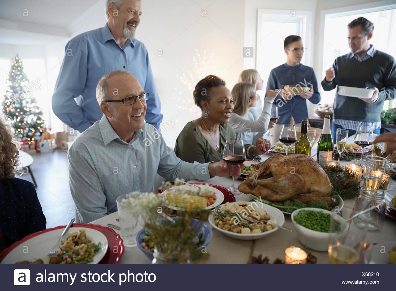Familia disfrutando de Turquía en la mesa de cena de Navidad Imagen De Stock