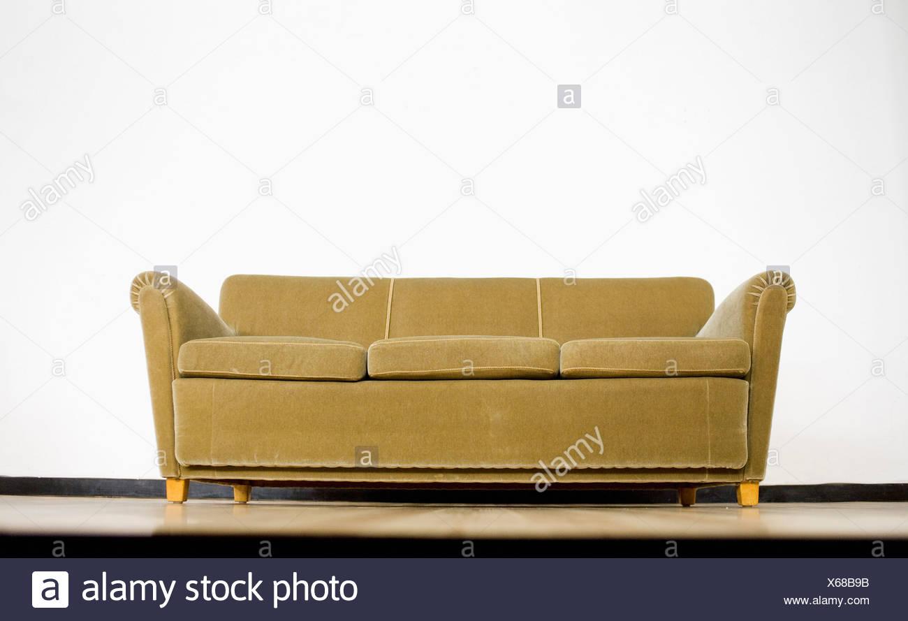 Sofá verde contra el fondo blanco. Imagen De Stock