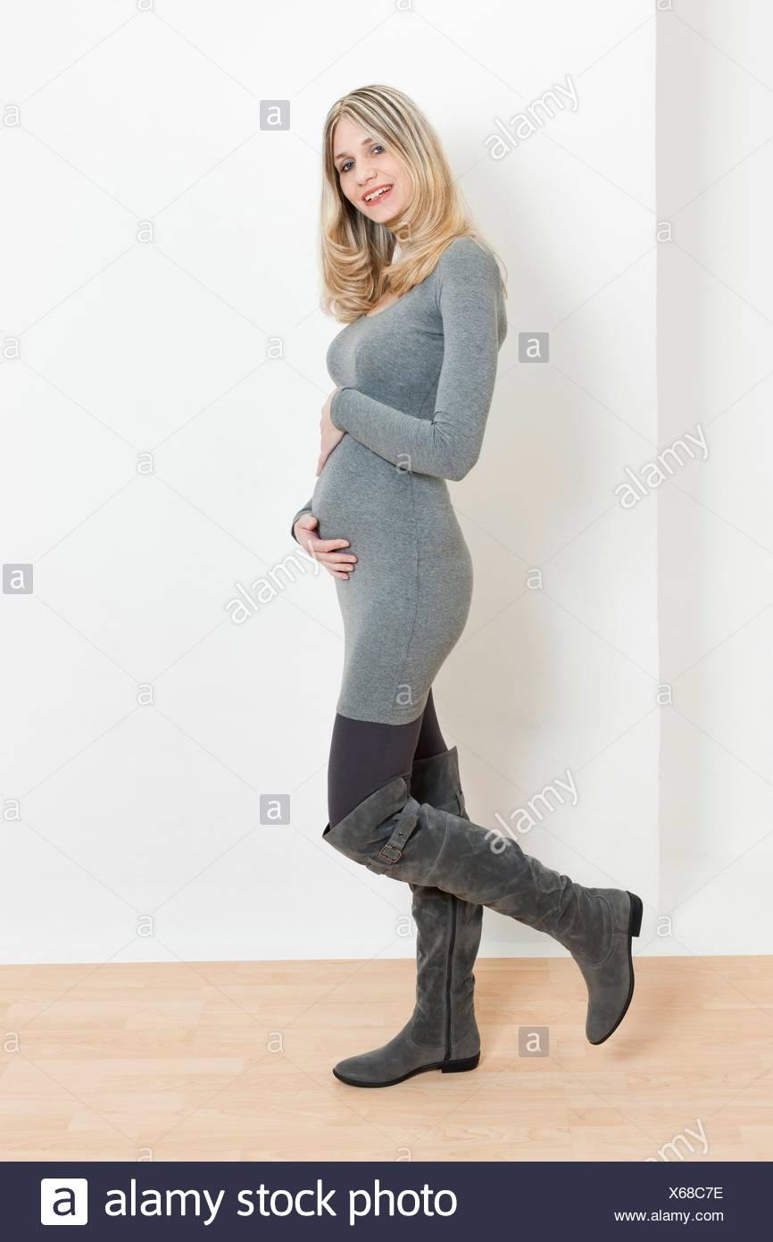 3d00a8cec Pie mujer embarazada vestidos de moda botas gris Foto   Imagen De ...