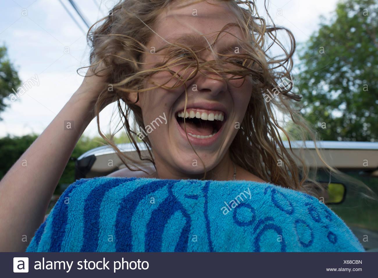 Adolescente expresar felicidad y libertad Imagen De Stock