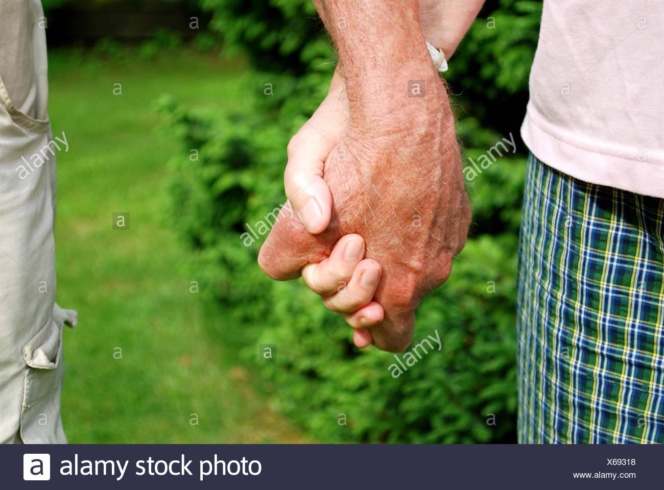 Los Ancianos Tomados De La Mano En El Fondo Natural Wih Foto
