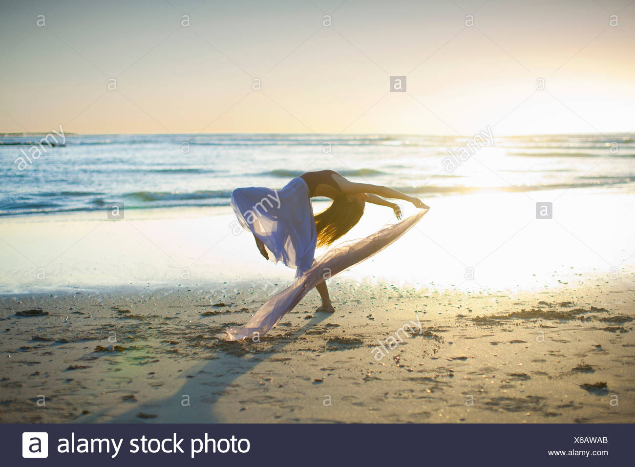 Mujer joven bailando en la playa soleada Imagen De Stock