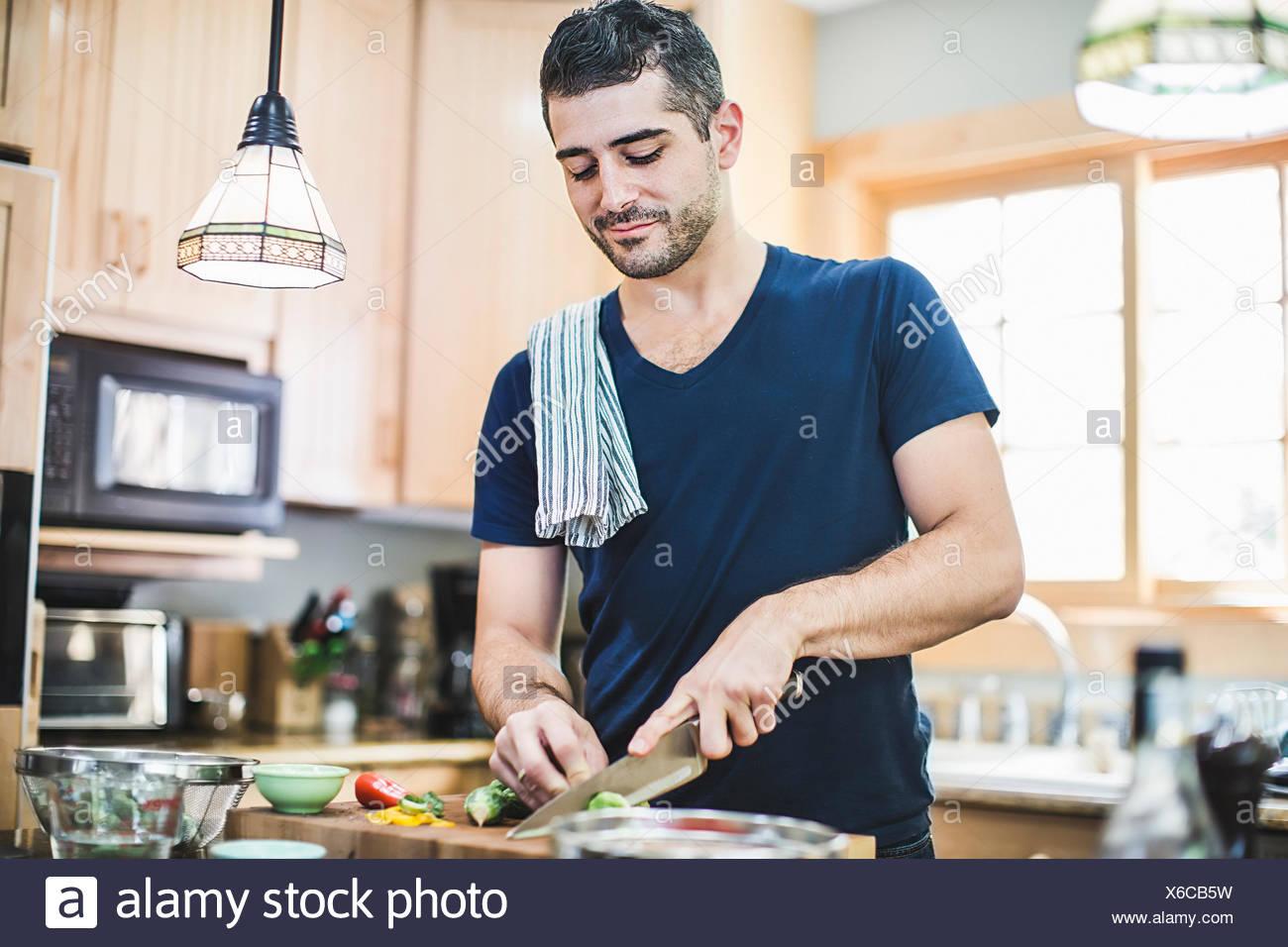 Hombre preparando la comida en la cocina Foto de stock