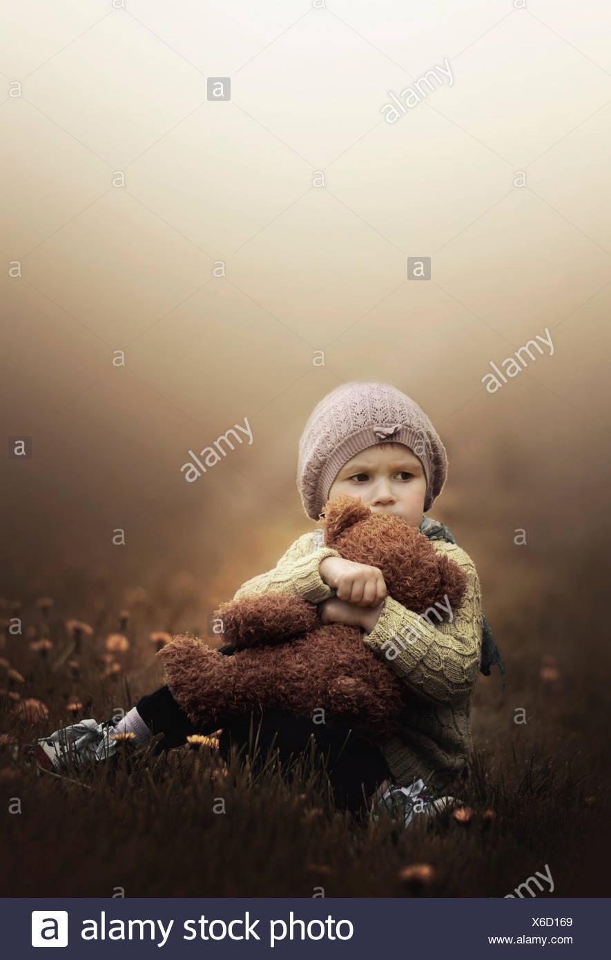 Chica caricias Teddy bear Imagen De Stock