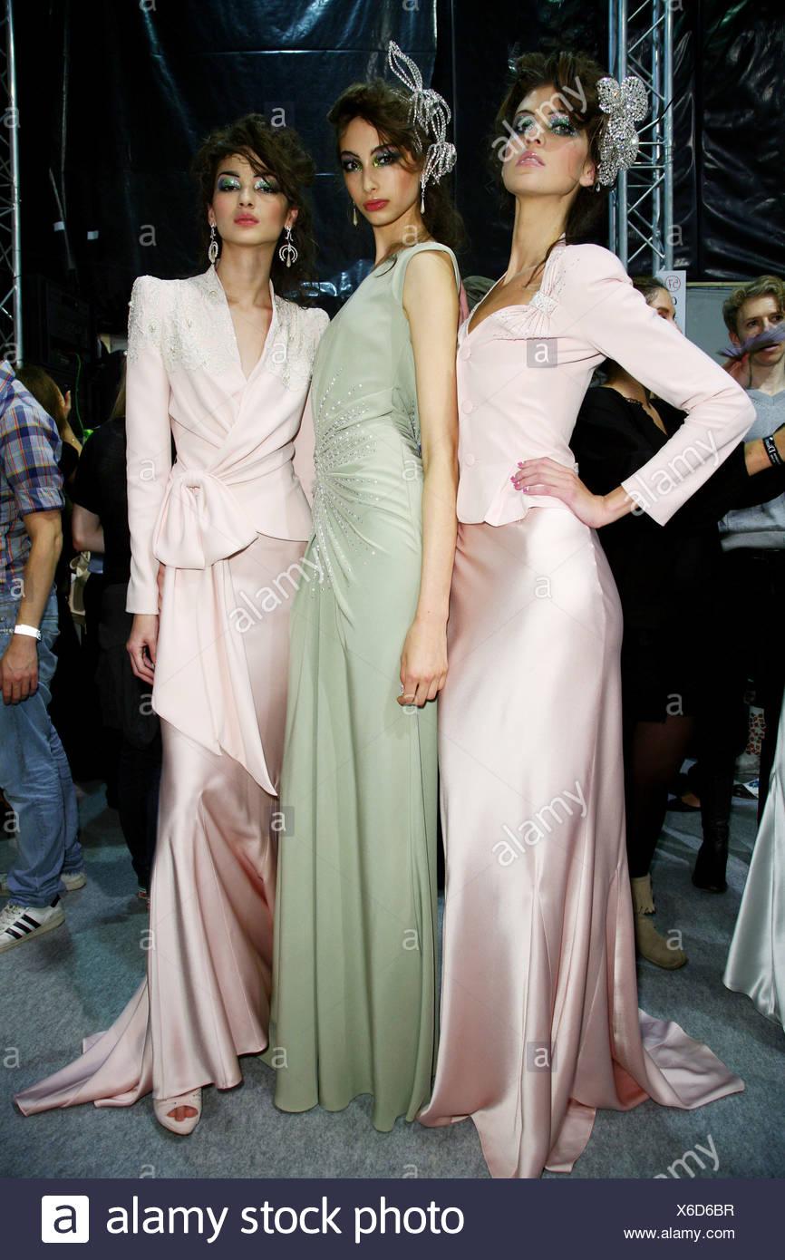 Backstage Dior Paris RTW Primavera Verano tres modelos morena vistiendo  trajes de noche en rosa pálido 1f587d51ce4