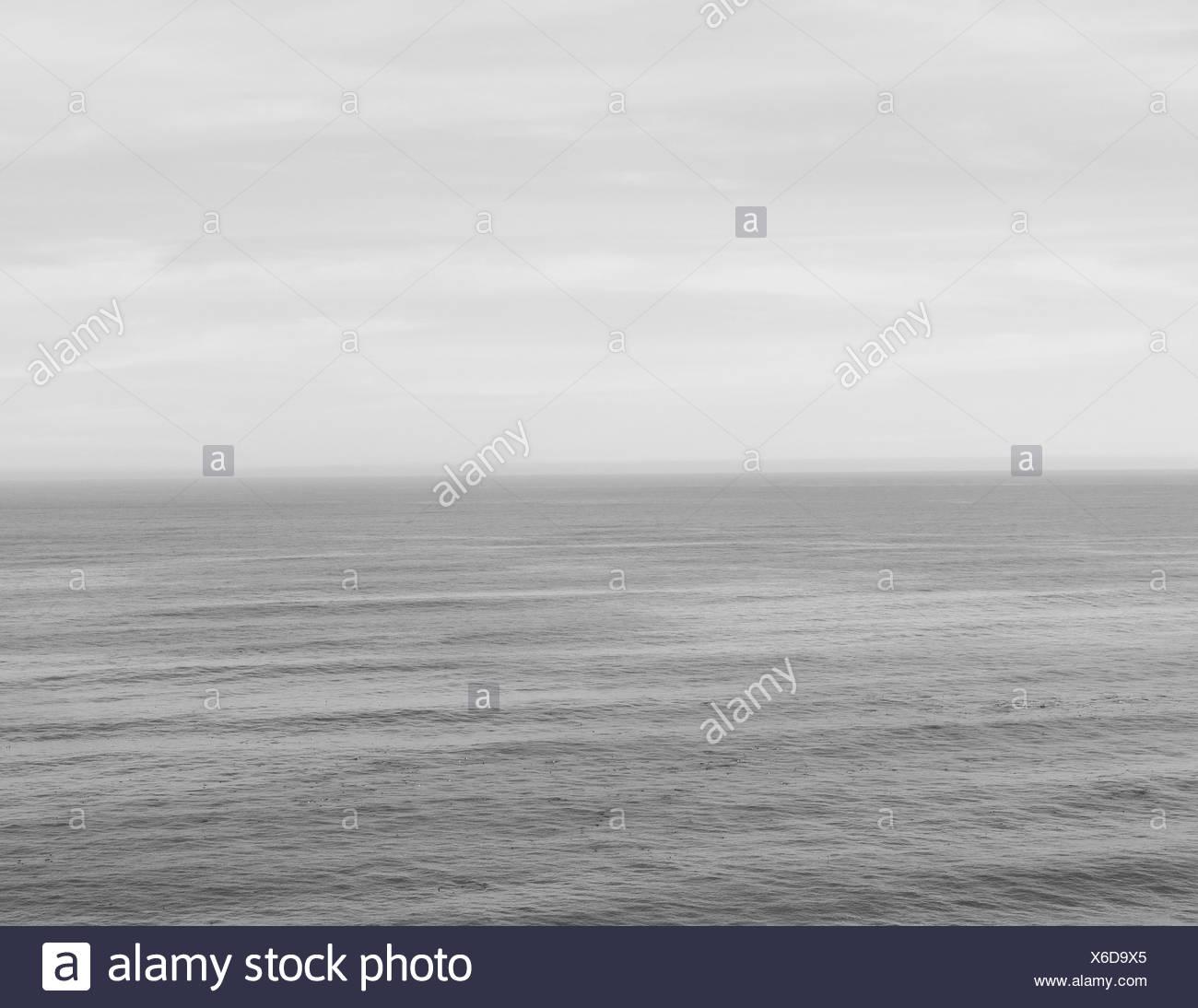 El mar se confunde con el cielo de la costa de California en Big Sur. Foto de stock