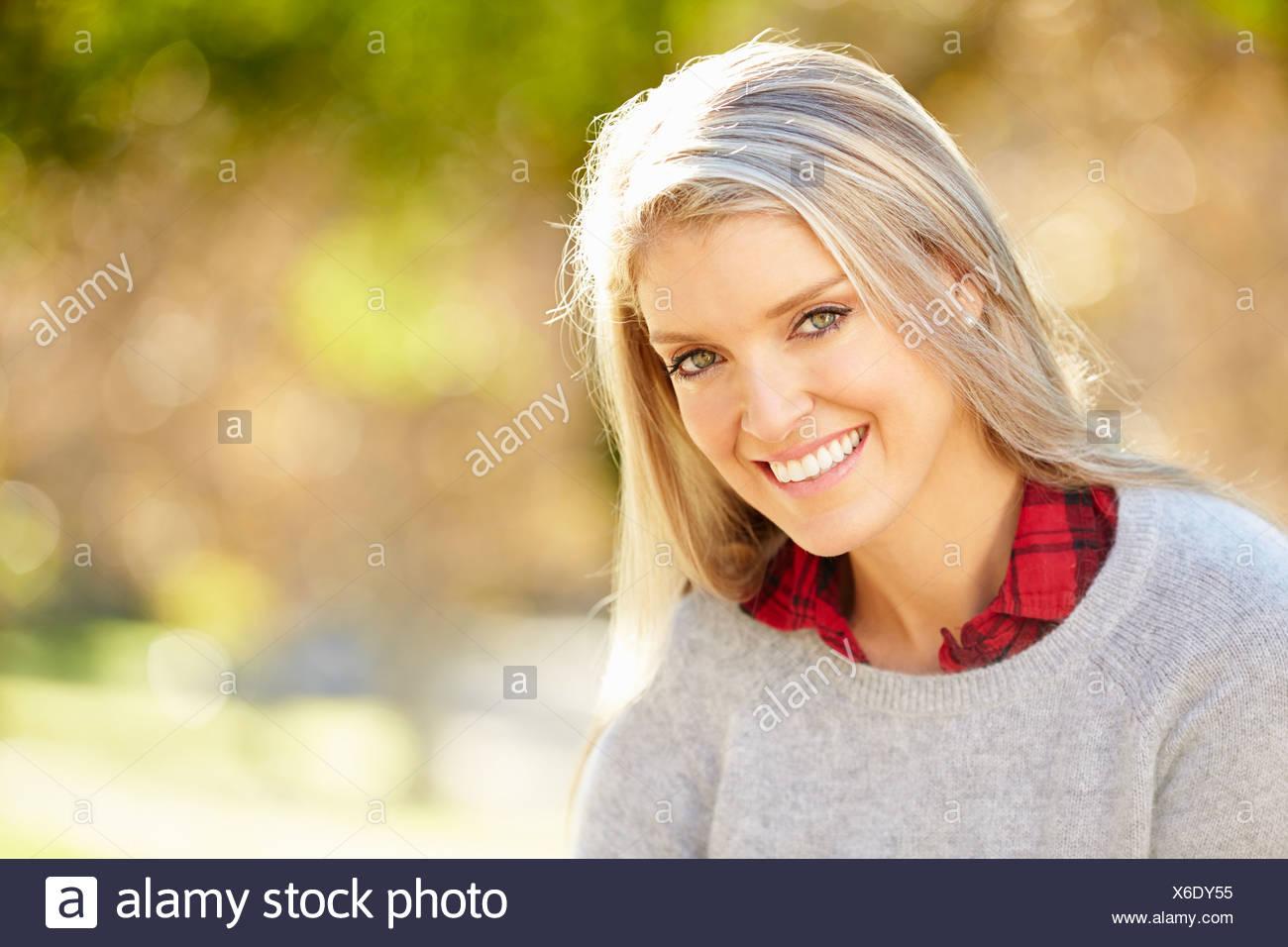 Retrato de mujer atractiva en campo Imagen De Stock