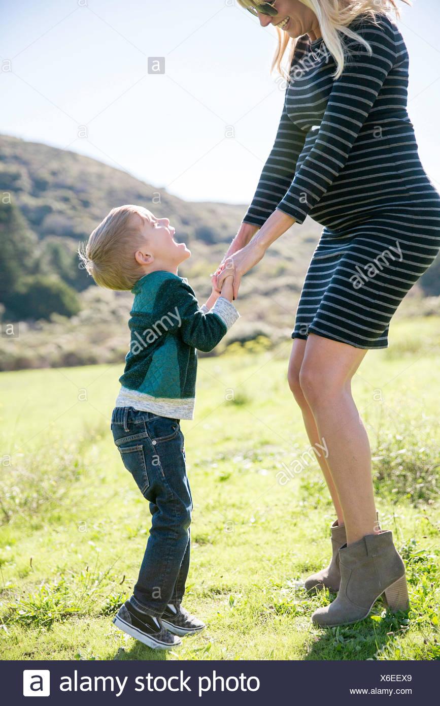 Madre e hijo disfrutando de día al aire libre Imagen De Stock