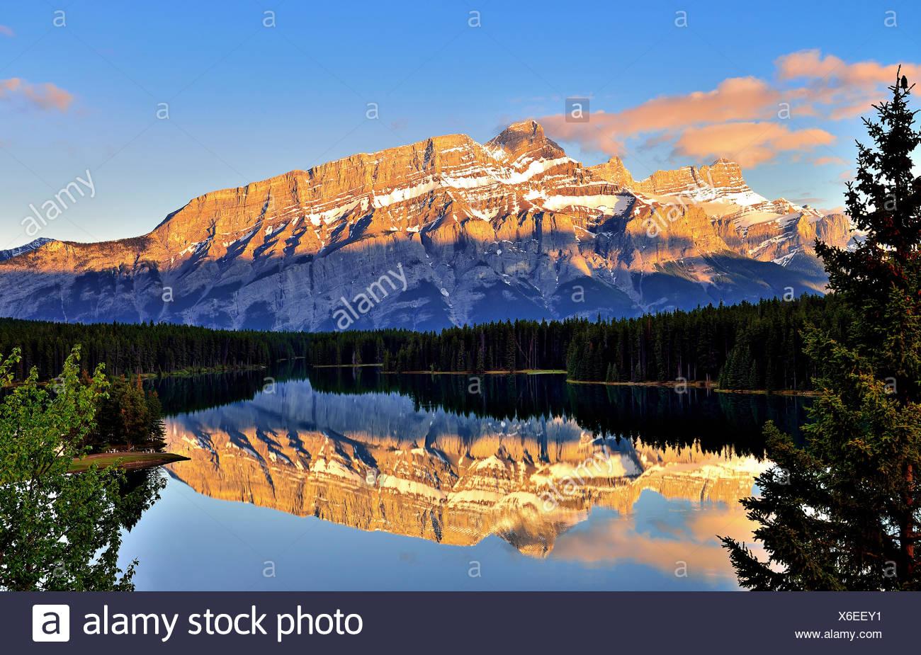 Canadá, Banff, vista del lago y dos gatos de monte Rundle Imagen De Stock