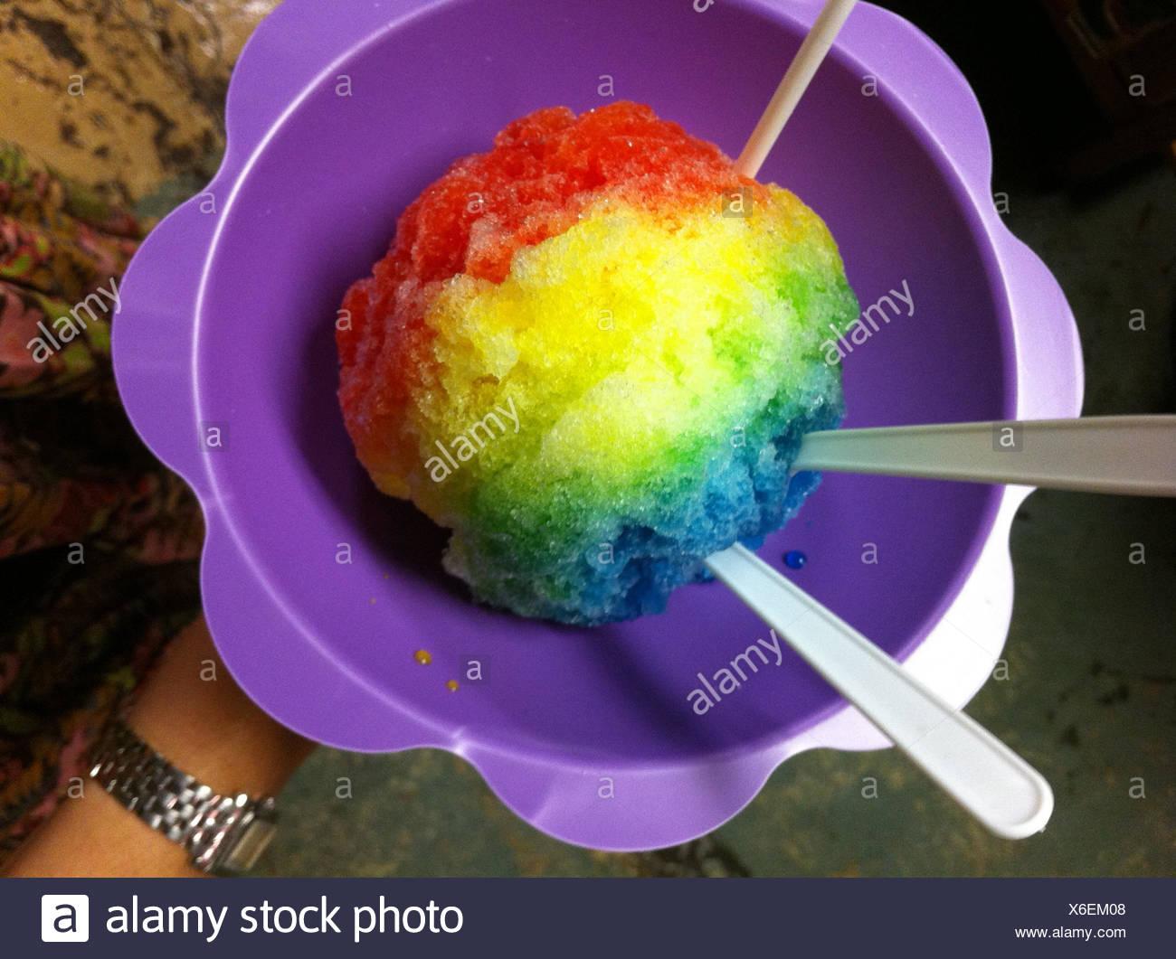 Un tazón de hielo rainbow afeitada Foto de stock
