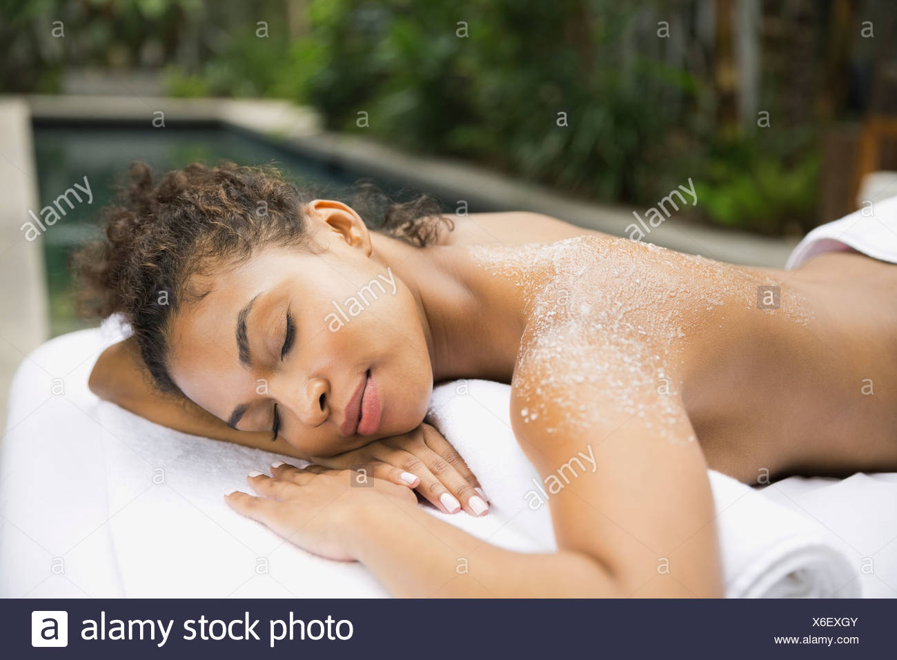 Mujer relajada en el spa de día recibiendo body scrub Imagen De Stock