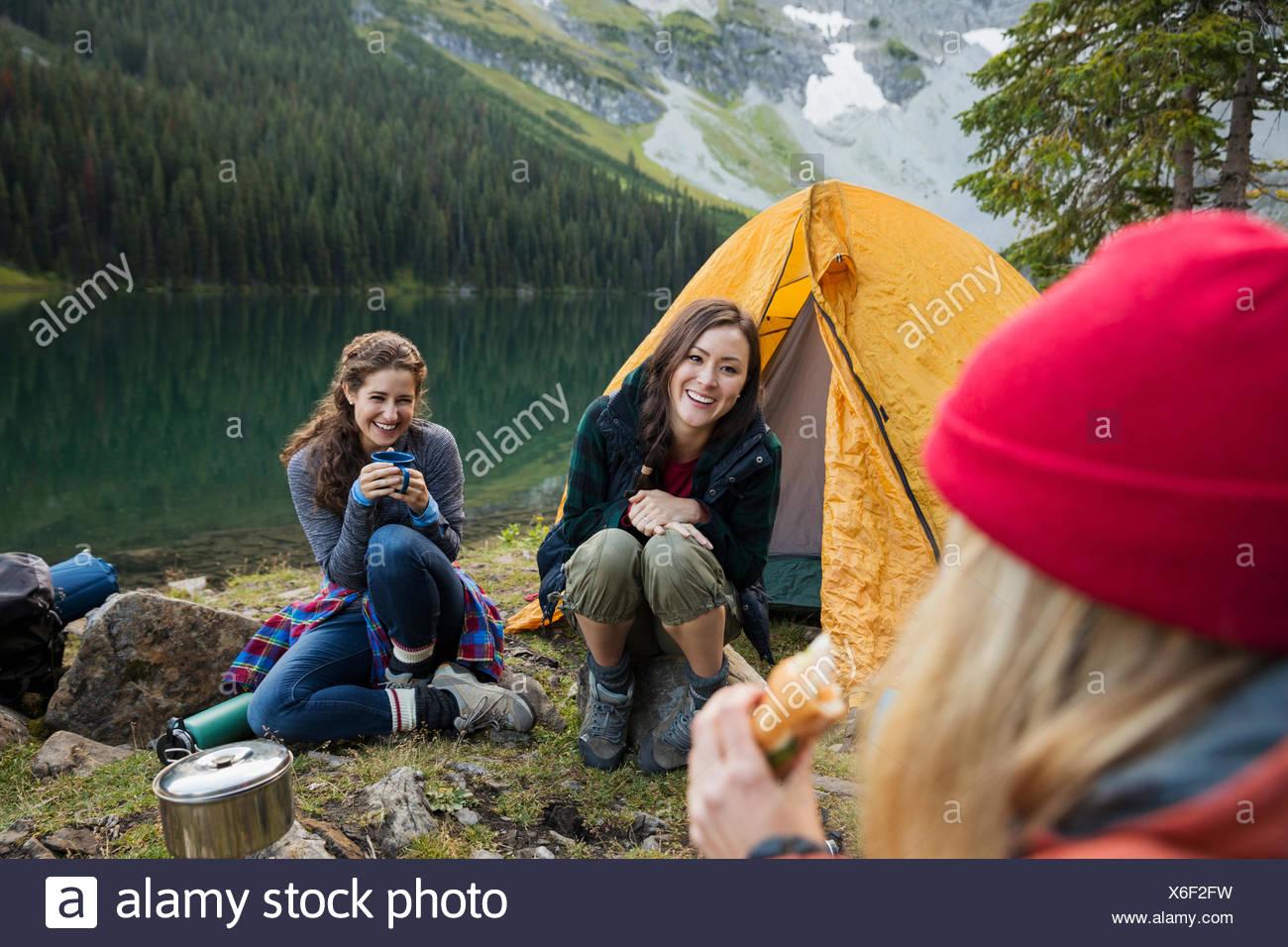 Amigas Camping Camping Lago remoto Imagen De Stock