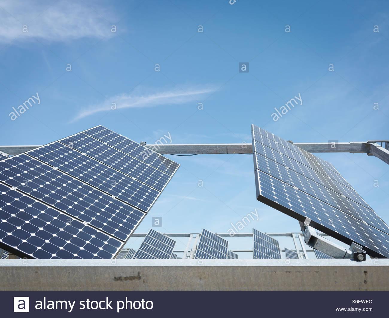Estación de energía solar mostrando paneles frontales. Imagen De Stock
