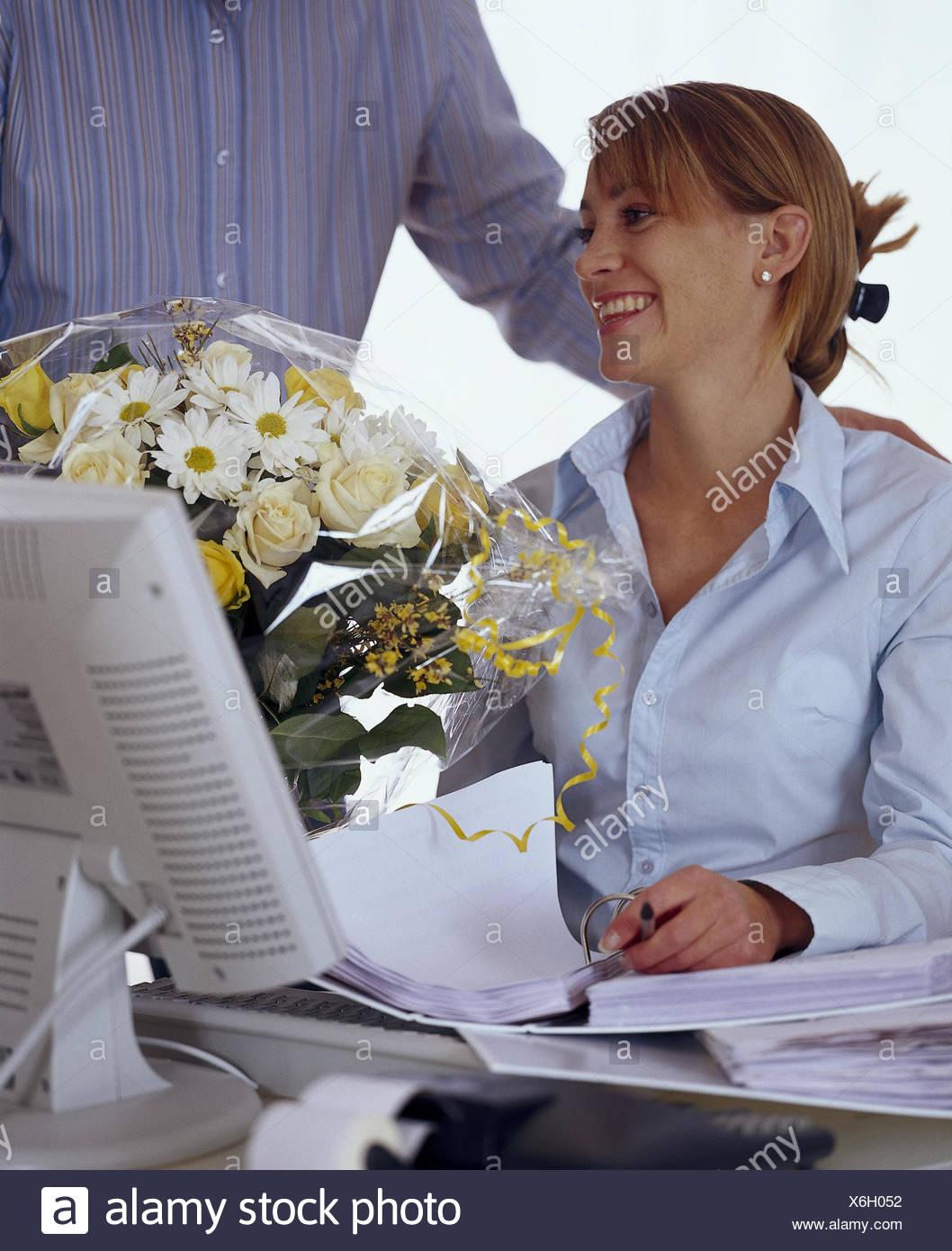 Oficina Hombre Mujer Un Ramo De Flores Una Superabundancia De