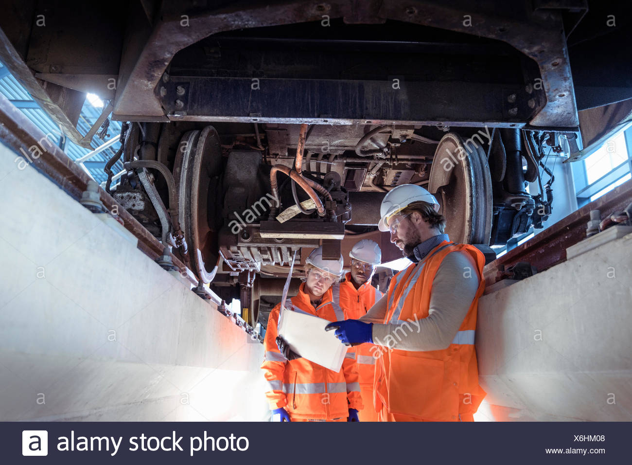 El instructor y los aprendices en tren en instalaciones de ingeniería ferroviaria Imagen De Stock