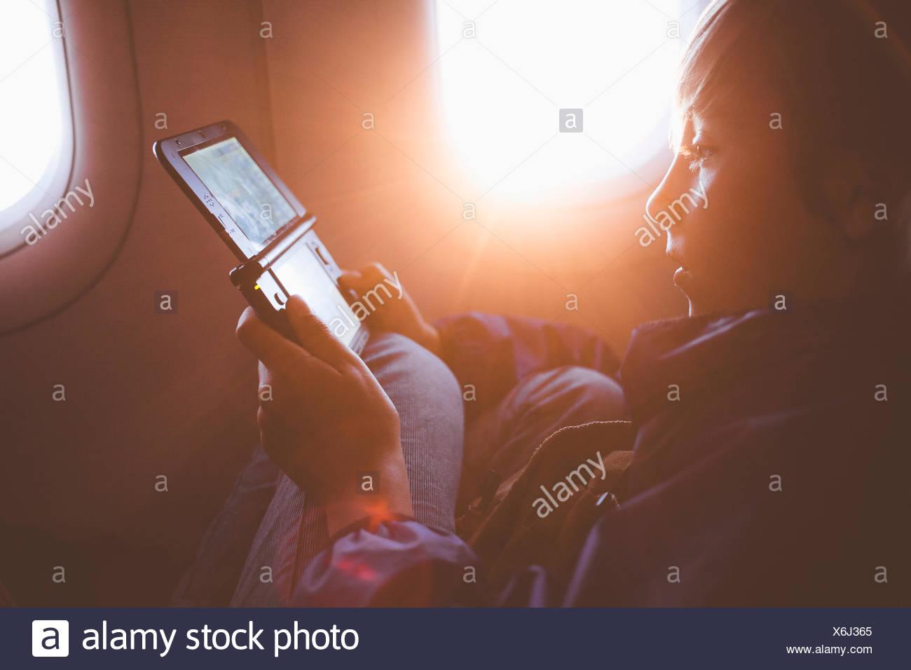 Niño jugando con videojuegos portátil Imagen De Stock